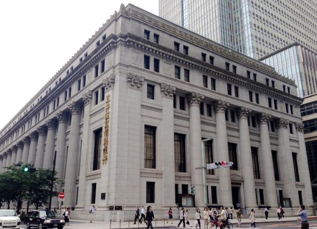 『銀行の正面』という場合の英語表現