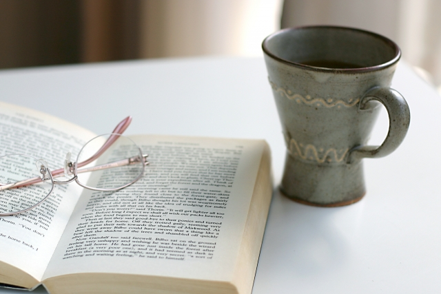 英語の小説と眼鏡 会話表現の蓄積には小説の音読がおすすめ