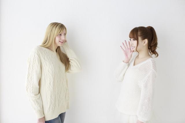 英語で話す2人の女性 実は簡単な英語で話すことができる