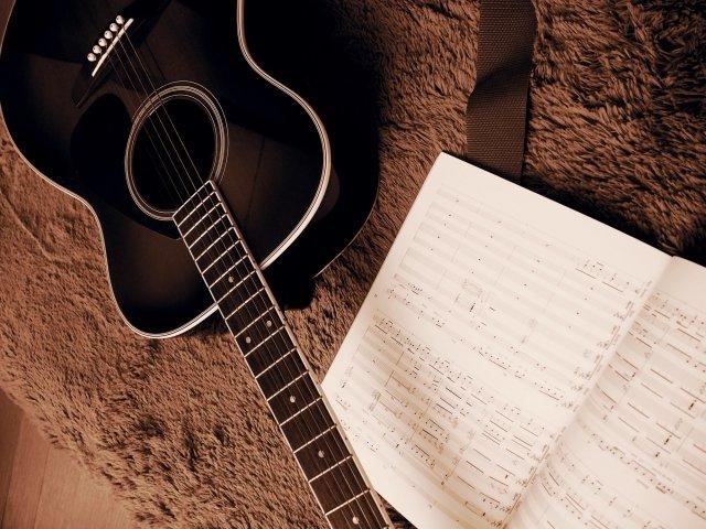 ギターと楽譜 英会話は楽器やスポーツと同じく実技科目