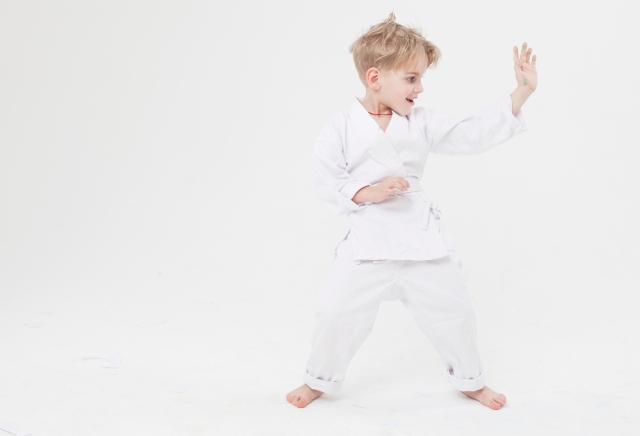空手の練習をする子供