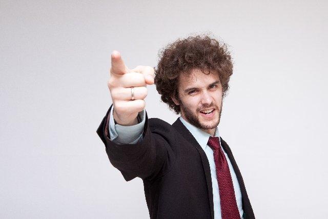 指さす男性 本当に効果のある英会話教材とは