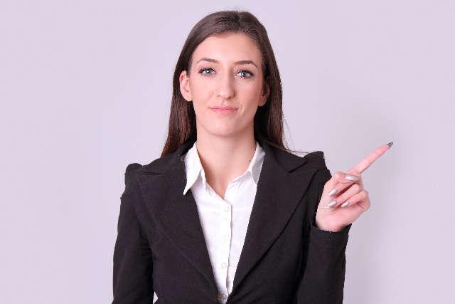 人差し指を立てる女性 プライムイングリッシュでは音声変化をみっちり練習できる