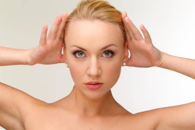 耳を澄ます女性 英語のリスニング教材よりもおすすめな上達のコツ2つ!