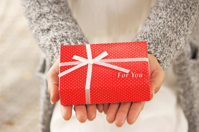 プレゼントを持った女性 Simple English/Magic 81の当ブログオリジナル特典