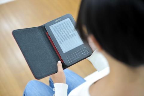 タブレットで英語を読む女性