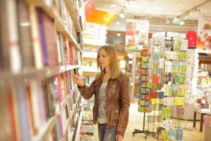 本屋にいる女性 英語のngは日本語の本屋のんの音