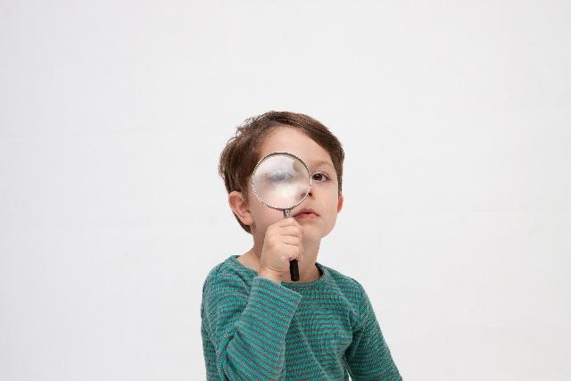 虫眼鏡で探す少年 英語の母音発音の脱落・省略