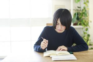 勉強する女性 英語の発音の種類を知ればあとは練習すればできるようになる