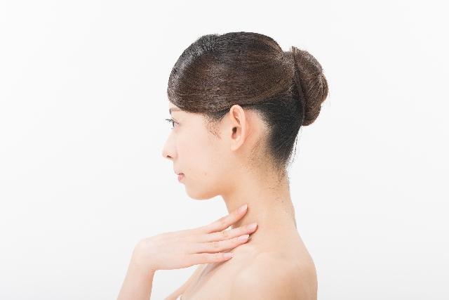 喉を触る女性 英語喉は英語発音の効果的な方法?