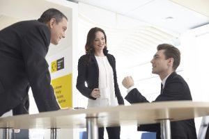 談笑する人々 ビジネス英語では双方向のコミュニケーションが発生する