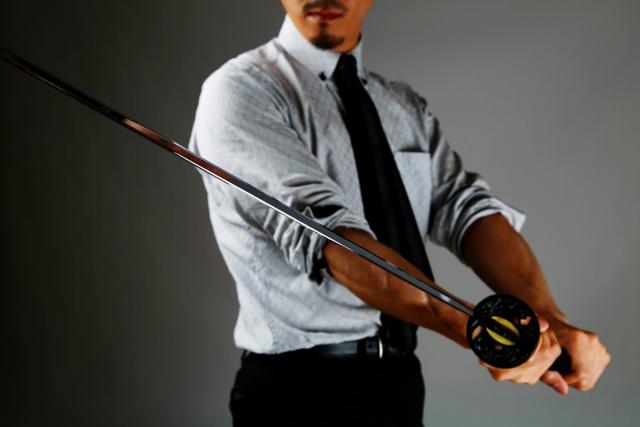 刀を持つ男性 本気で英語を話せるようになりたい人のための上達メソッド