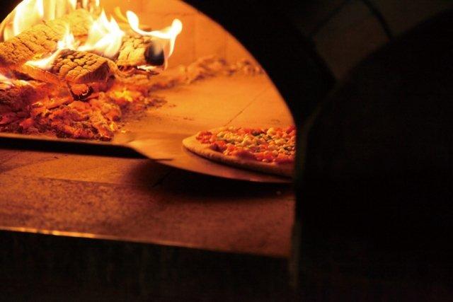 英語でピザを一切れ単位で買うときには by the slice