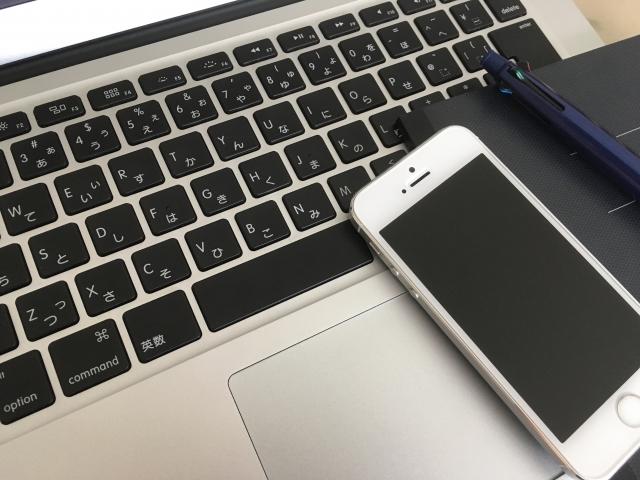 PCとスマートフォン ウェブサイトなどで仕事に関連する英語表現を仕入れることは大事なステップ