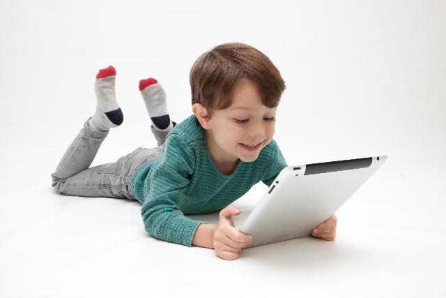 小さい少年 英語の音声を聞くことで発音を覚えられるのは小さい子供だけ