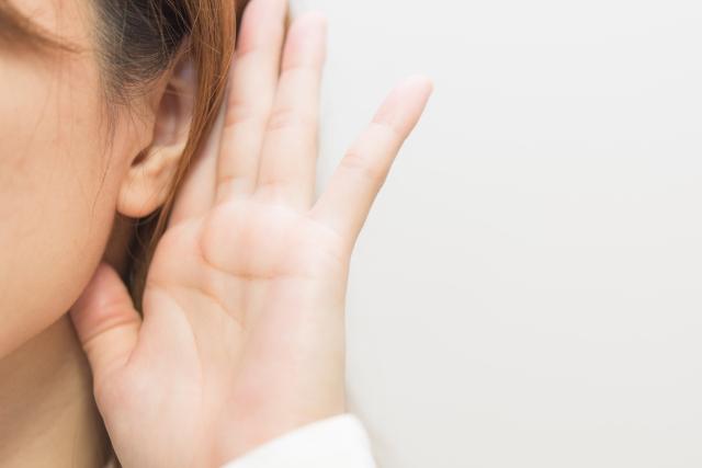 聞く女性 発音を鍛えるとリスニングが上達 英語を音で覚えることができる