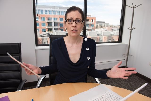 腕を広げる女性 発音があまりに通じないと、まともに話を聞いてもらえないこともある