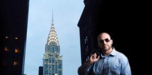 ニューヨーク・クライスラービルを背景に立つ男性 英会話にほえろ!海外で生活する元英語嫌いの「話すための勉強法」