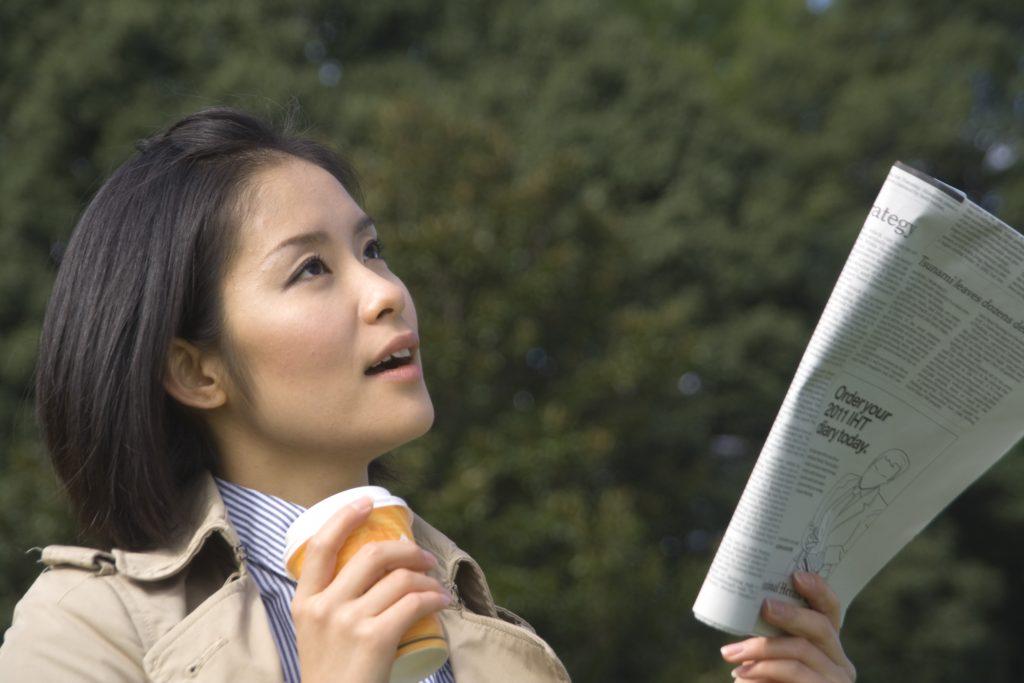 音読する女性 英語の音読は英会話に効果ない?